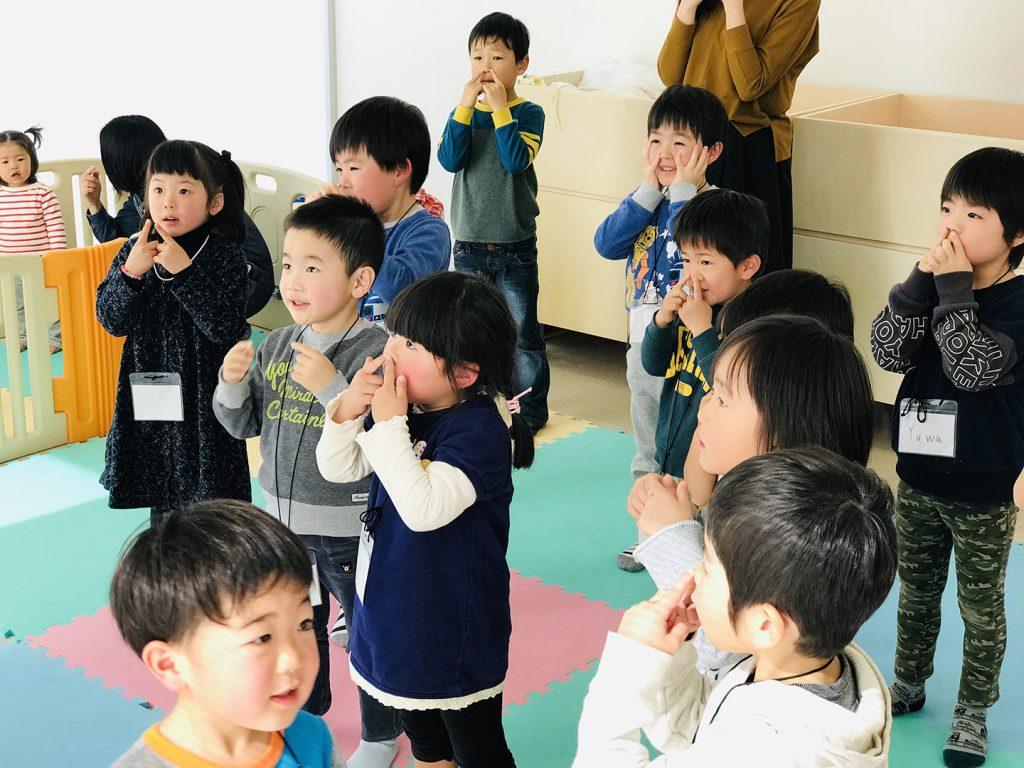 """Kindergarten Kids Dancing """"Head, Shoulders, Knees & Toes"""""""