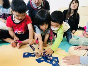 """幼稚園児クラス""""Matching: Spoons""""で遊んでいる様子"""
