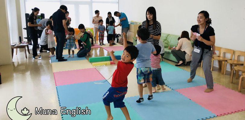 "Kindergarten Kids Playing ""Snakes & Ladders"" Live"